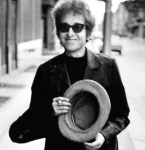 Bob-DylanWalking-With-Top-Hat-Philadelphia-PA-1964-cDaniel-Kramer-paysage-960x480